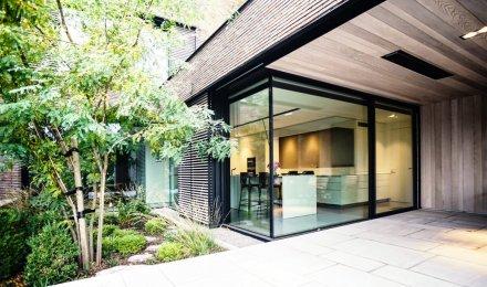 Rohové minimalistické bezrámové okno