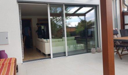 Bezrámové okno s minimalistické